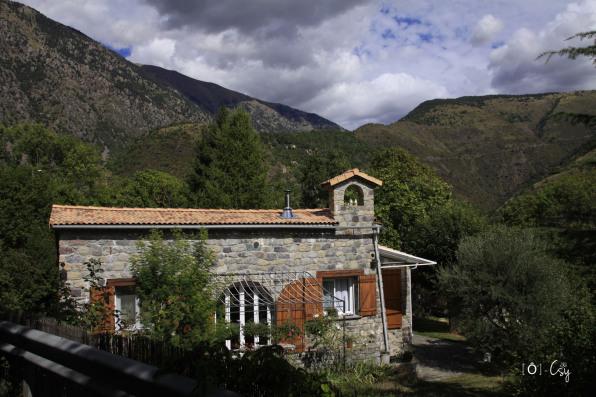 Maison de caractère au détour d'un sentier dans les Alpes Maritimes